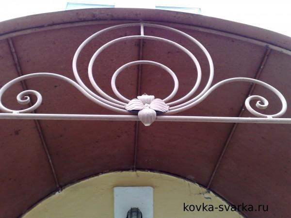 Фотграфия кованого козырька поближе. Такой кованый цветок, думаю, несложно будет отковать.