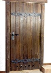 деревянная дверь с коваными жиковинами