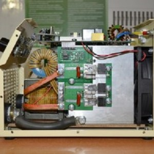 Понижающий импульсный трансформатор (от него отходят шины).