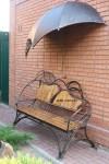 кованая скамейка под козырьком