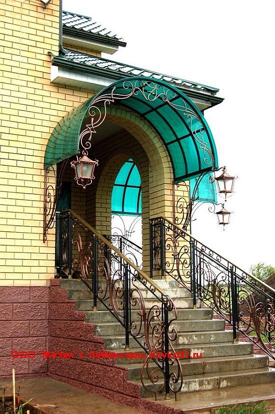 Лестничные перила и козырек над крыльцом