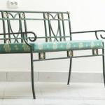 скамейка, или даже диван из ковки, сиденье покрыто тканью