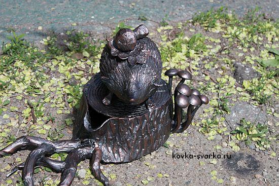 Кованый ёжик на пеньке с грибами