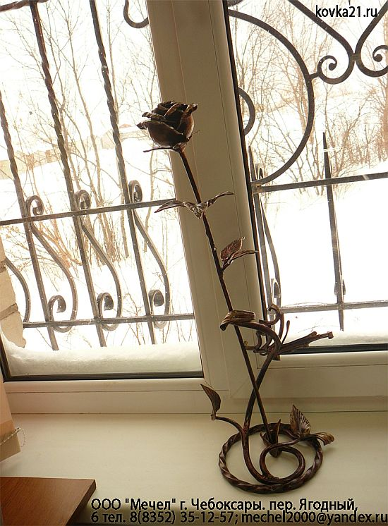 Роза из металла на подставке