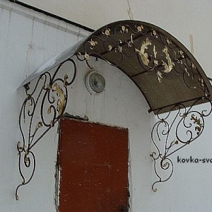 Кованый козырек над дверью