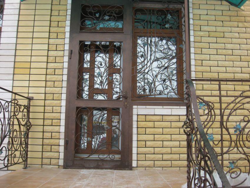 Кованые решетки на двери и окне
