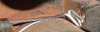 Смятие алюминиевой проволоки в механизме подачи.