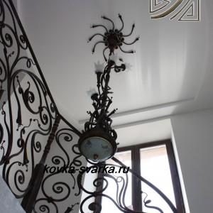 Фото кованых перил и люстры