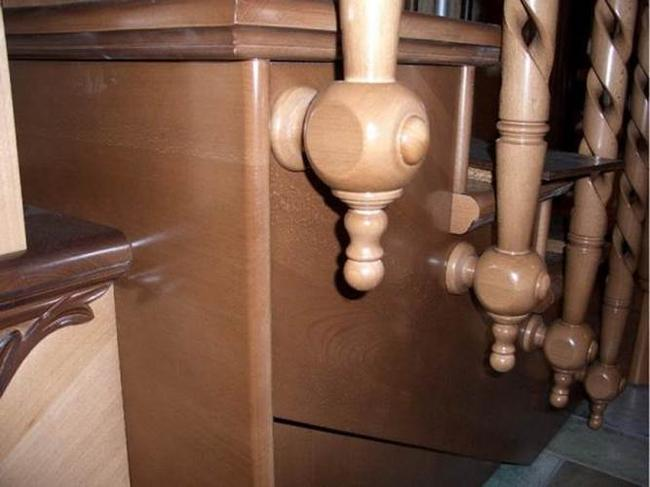 Вариант монтажа на деревянной лестнице. Ист. http://semidelov.ru/.
