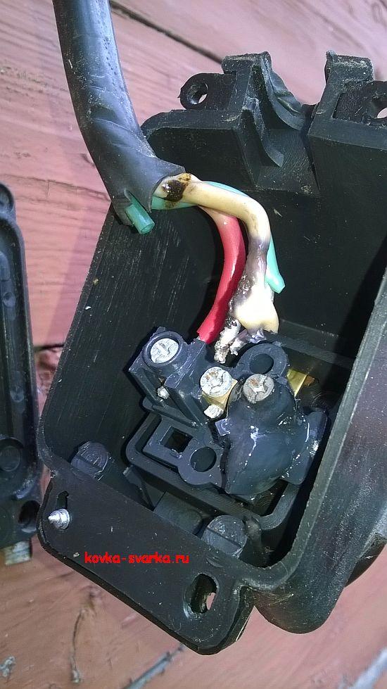 Расплавленная розетка: результат сварки мощным трансформатором в электросети частного дома.