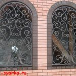 решетки кованые на окнах, стены из кирпича
