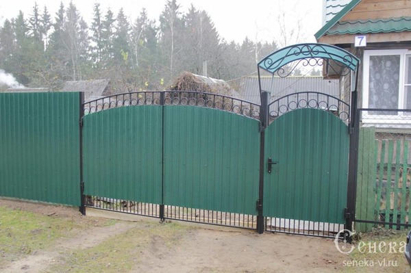 Как сделать ворота из профлиста с коваными элементами