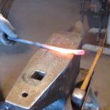 Небольшие кузнечные клещи из автомобильной пружины диаметром 12 мм со скругленными губками