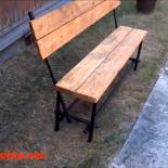 Сварная скамейка из круглых труб с деревянным сиденьем и спинкой, интересным способом соединения